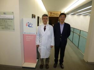 英ウィメンズクリニックの入り口にて邵輝博士と一緒に撮影